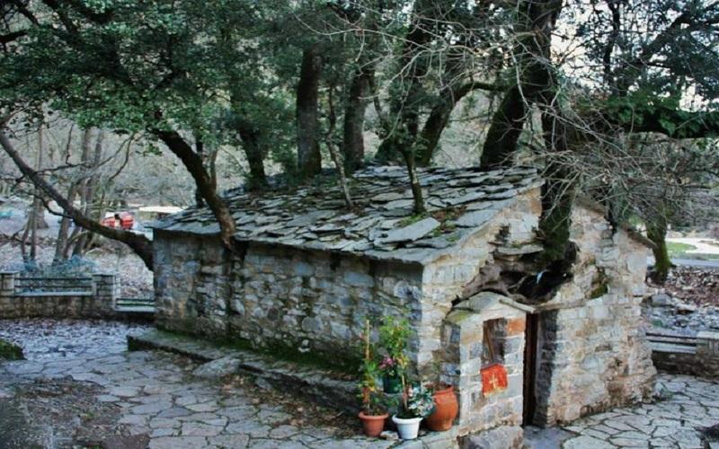 Είναι ένα ιδιαίτερο εκκλησάκι που δημιουργεί εντύπωση στους επισκέπτες, καθώς 17 δέντρα που φτάνουν σε ύψος τα 20 μέτρα βγαίνουν από τη στέγη του....