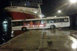 Λεωφορείο κρεμόταν το μισό στη θάλασσα