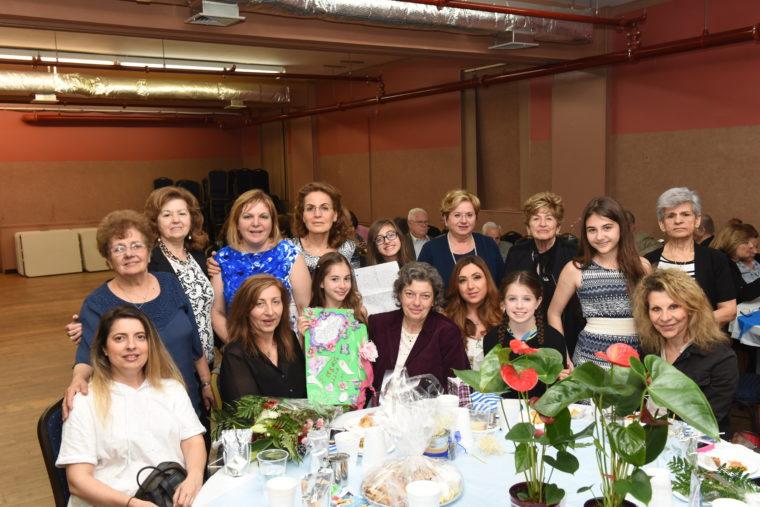"""Οι μαθήτριες που βραβεύτηκαν με τις μητέρες τους καθώς επόσης και η πρόεδρος Βίκυ Φαλίδα, Ελένη Τεντολούρη, Μαρία Σπεντζούρη, Σοφία Κρόκου, Φωτεινή Βούλγαρη και Χρυσούλα Φιωτοδημητράκη. Φωτογραφία: """"Εθνικός Κήρυκας"""" – Κώστας Μπέη."""