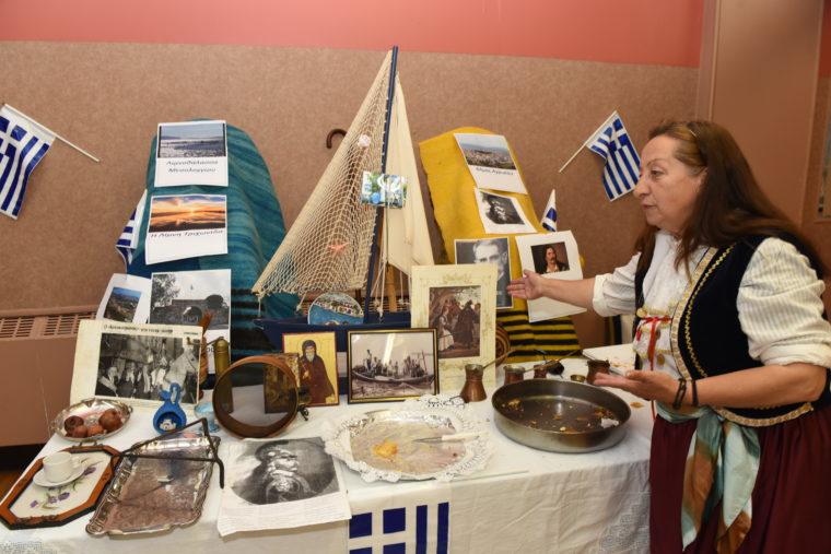 """Η Ελένη Σεριάνη, η οποία ξενάγησε τις Ελληνοαμερικανίδες μητέρες στο Αγρίνιο. Φωτογραφία: """"Εθνικός Κήρυκας"""" – Κώστας Μπέη."""