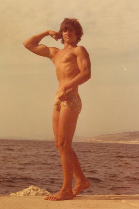 Ο αδελφός του Σπύρου Μπουρνάζου σε πόζα στην παραλία της Αμφιλοχίας