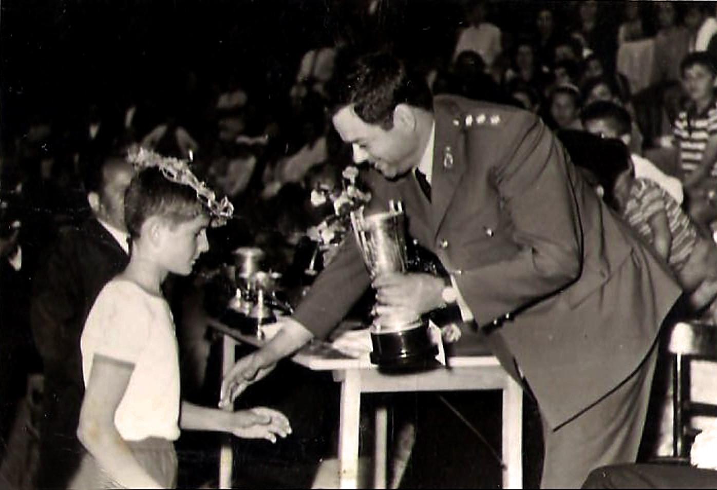 Ο Σπύρος Μπουρνάζος βραβεύεται από τον αξιωματικό