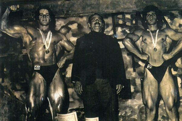 Ο Σπύρος και ο Κώστας Μπουρνάζος με τον Πατέρα τους