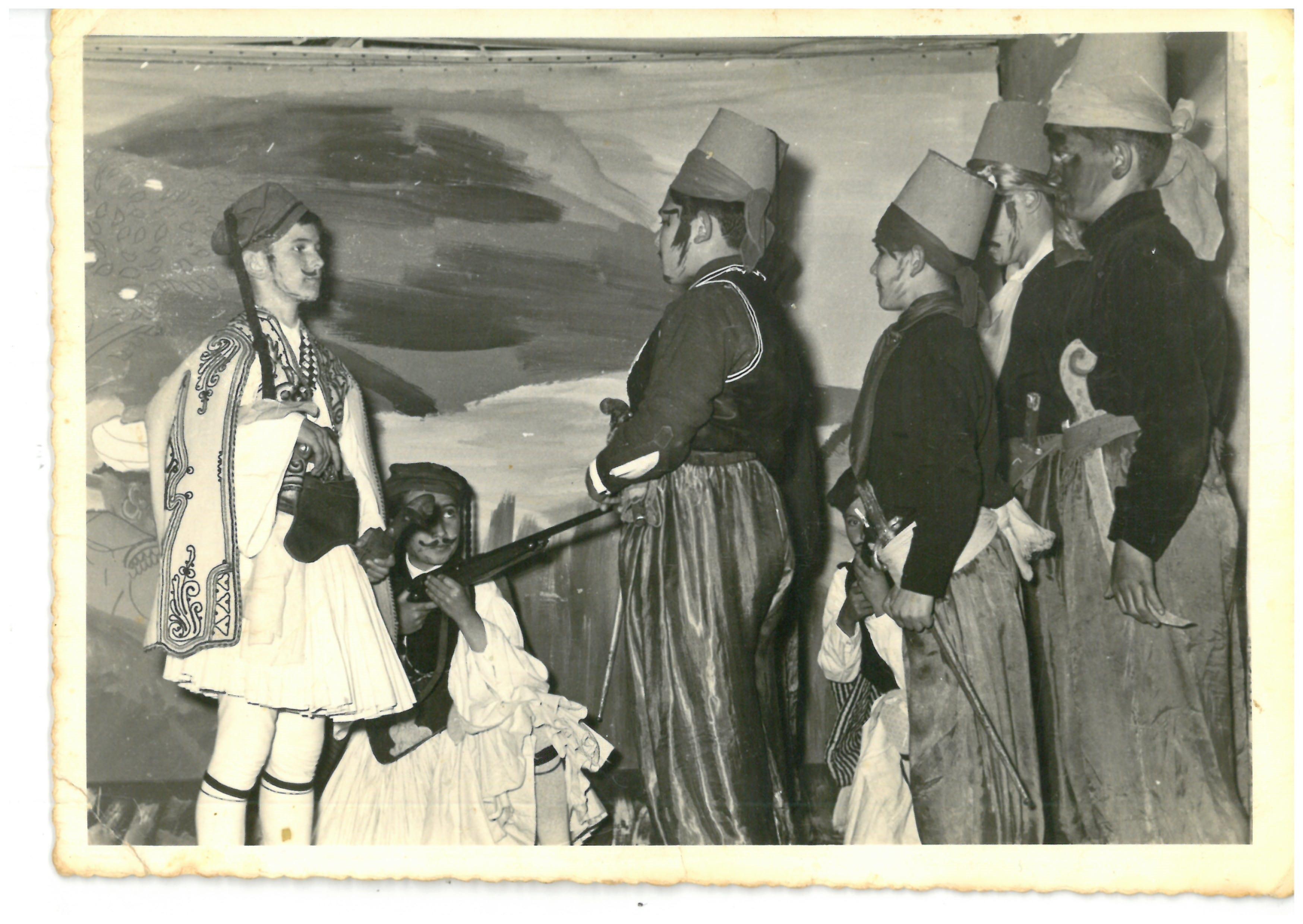 Ο Σπύρος Μπουρνάζος στο τέλος της σχολικής χρονιάς σε θεατρικό έργο