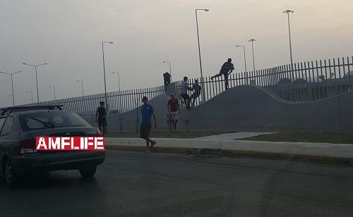 Λαθρομετανάστες προσπαθούν να πηδήσουν τα κάγκελα του λιμανιού