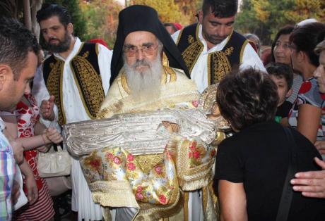 Πλήθη πιστών συρρέουν για να προσκυνήσουν τη θαυματουργή εικόνα που φυλάσσεται στη Μονή.