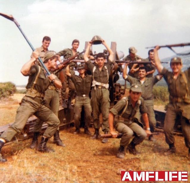 Ο Σπύρος Μπουρνάζος σε αστεία καψώνια με τους συναδέλφους του μόνο για αναμνηστική φωτογραφία