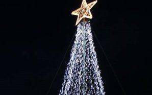Φωταγωγηθήκε το Χριστουγεννιάτικο δέντρο στην κεντρική πλατεία της Αμφιλοχίας