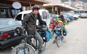 Οικογένεια Γάλλων επισκέφθηκε με ποδήλατα την Αμφιλοχία – Έχουν προορισμό…