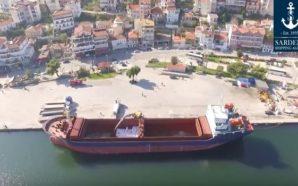Drone καταγράφει την εκφόρτωση πλοίου στο λιμάνι της Αμφιλοχίας