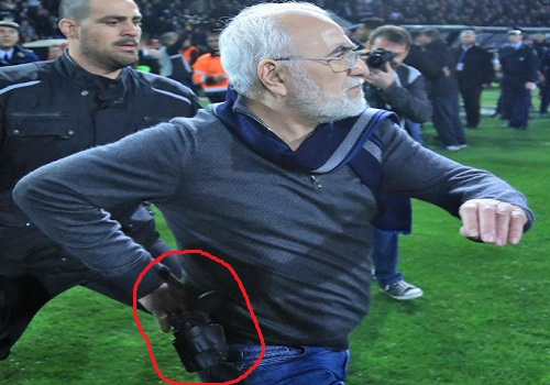 Ο Ιβάν Σαββίδης ορμάει στον διαιτητή Κομίνη οπλοφορώντας